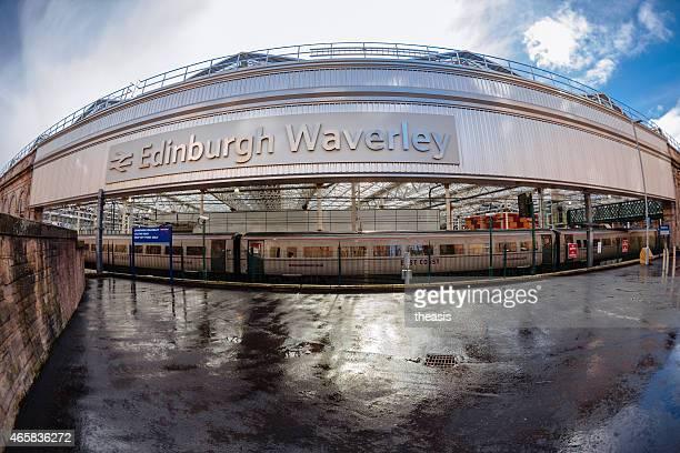 calton road à l'entrée de la gare de waverley d'édimbourg - theasis photos et images de collection