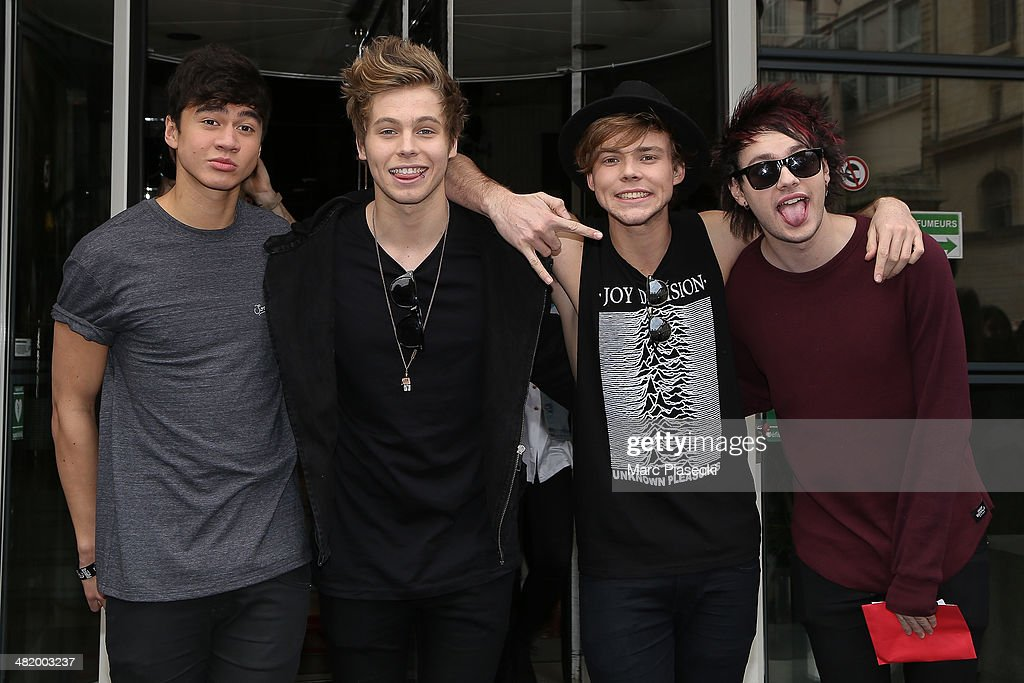 Photos et images de 5 sos sighting in paris getty images calum hood luke robert hemmings ashton irwin and michael clifford of 5 seconds m4hsunfo