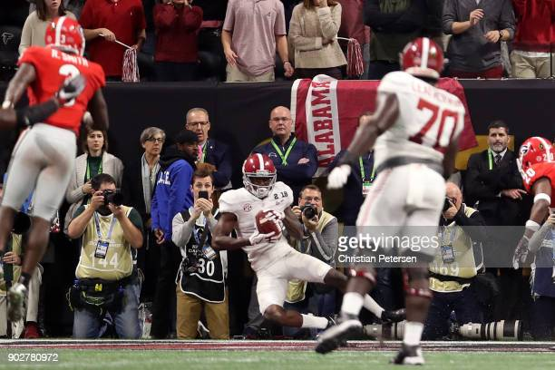 Calvin Ridley of the Alabama Crimson Tide makes a catch for a seven yard touchdown during the fourth quarter against the Georgia Bulldogs in the CFP...