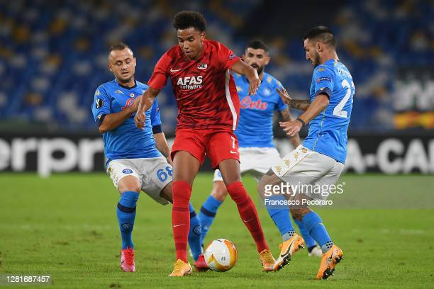 Calvin Stengs of AZ Alkmaar vies with Stanislav Lobotka and Matteo Politano of SSC Napoli during the UEFA Europa League Group F stage match between...