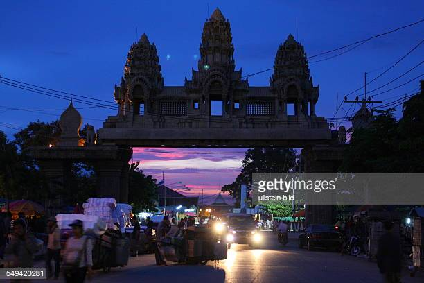 KHM Cambodia border region between Cambodia and Thailand Thousands of Cambodian people shuttle every day for working on the 'rong glua' the market in...