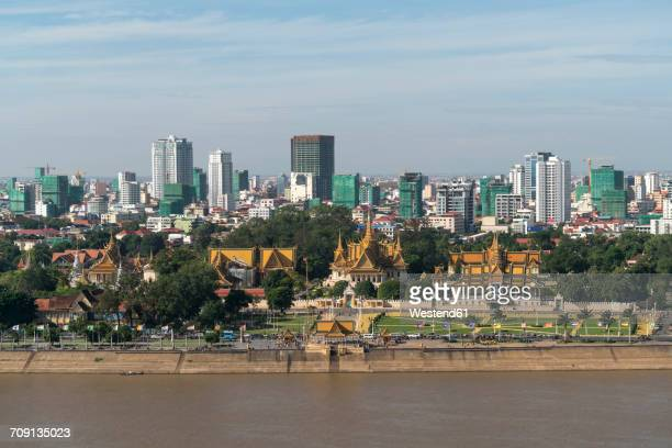 cambodia, phnom penh, cityscape with royal palace - phnom penh stock pictures, royalty-free photos & images