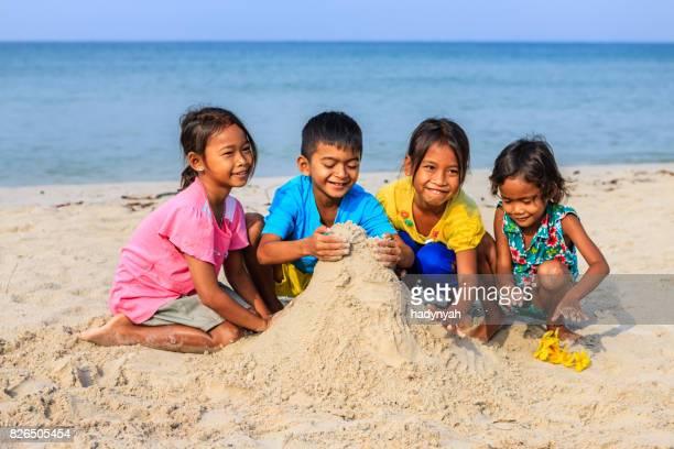 Enfants cambodgiens en jouant sur la plage, Cambodge