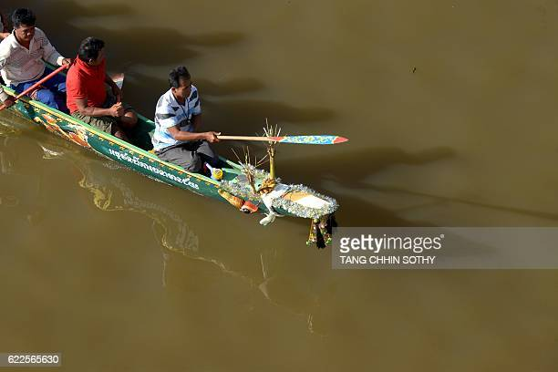 Cambodian dragon boat rowers rehearse on the eve of the Water Festival in Phnom Penh on November 12 2016 Cambodia celebrates its annual water...