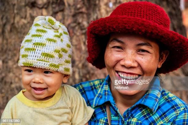 kambodschanische mutter hält ihr baby, kambodscha - kambodscha stock-fotos und bilder