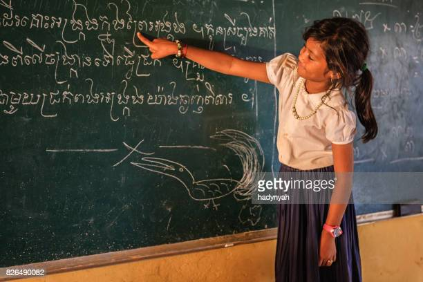 Cambodjaanse schoolmeisje tijdens de les, Sap Tonle, Cambodja