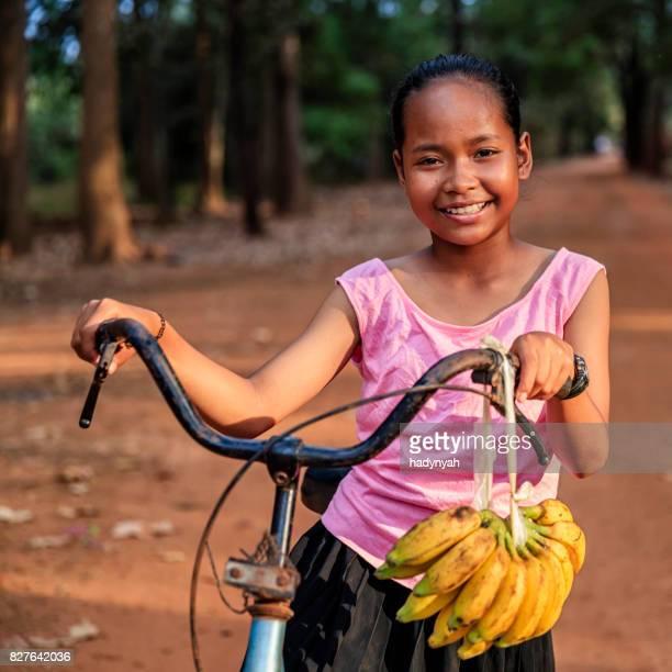 販売新鮮なバナナ、カンボジア カンボジアの少女