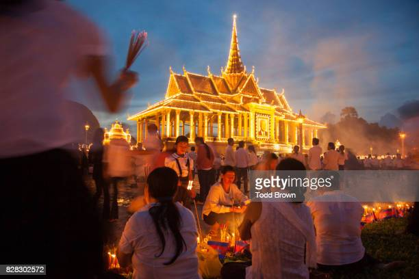 cambodians mourn the death of king sihanouk in front of royal palace - norodom sihanouk stock pictures, royalty-free photos & images