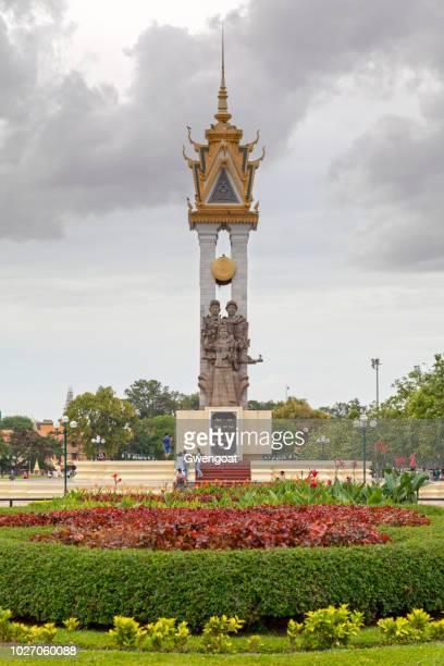 monumento de la amistad de vietnam de camboya en phnom penh - gwengoat fotografías e imágenes de stock