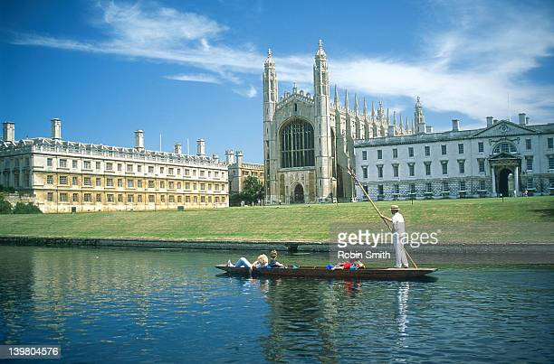 cambridge - punting on cam river in front of kings college chapel - キングスカレッジ ストックフォトと画像