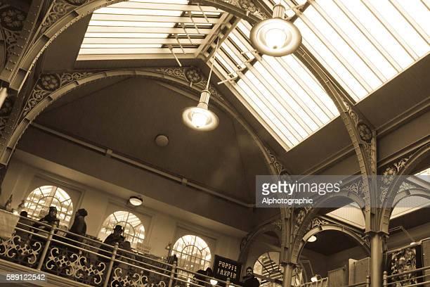 camden lower market hall - mezzanine photos et images de collection