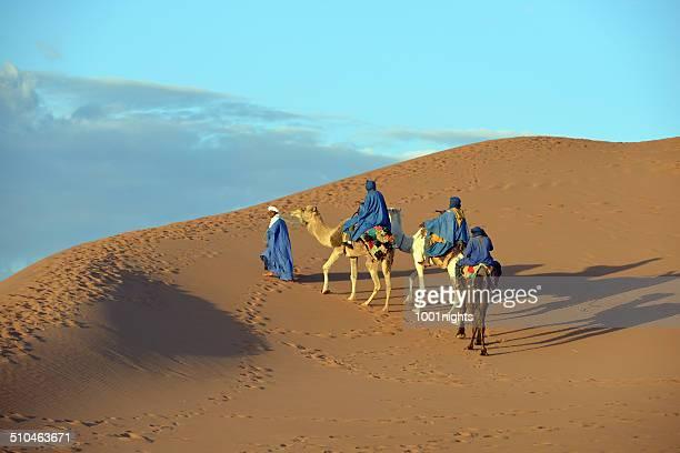 caravana de camellos en el desierto del sahara - tunez fotografías e imágenes de stock