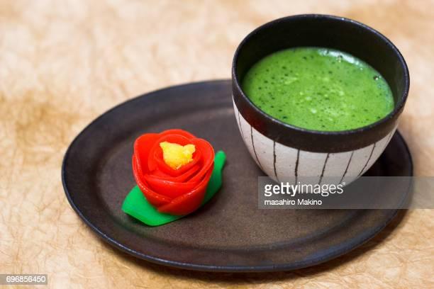 camellia-shaped wagashi and matcha green tea - 和菓子 ストックフォトと画像