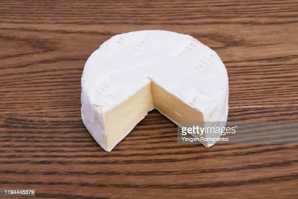 camembert cheese on a wooden background - brie stockfoto's en -beelden