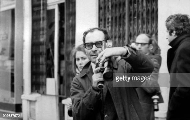 Camera en mains le cinéaste JeanLuc Godard filme une manifestation à Paris le 06 mai 1968 De violents affrontements se sont produits au Quartier...