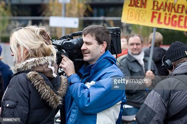 カメラオペレーターデモンストレーションフランクフルトでのご宿泊 - 占拠デモ ストックフォトと画像