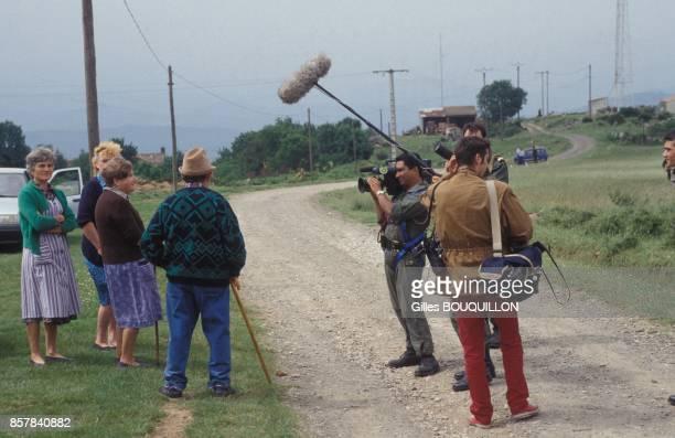 Cameraman en train de filmer les villageois dans le sud de la France lors des manoeuvres interallies 'Farfadet 92' avec armee francaise italienne et...