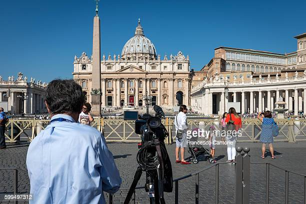 Cameraman places cam in front of St. Peter's Basilica