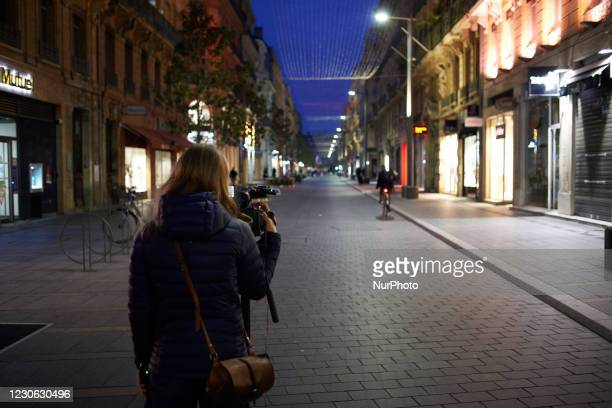 Camerawoman films one of the main streets of the Toulouse center a few minutes after the beginning of the curfew. Due to the 3rd wave of Covid -19 in...