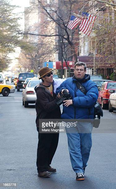 Camerman Danny Moder actress Julia Roberts's husband confronts photographer Ken Katz to ask him not to photograph them November 24 2002 in New York...