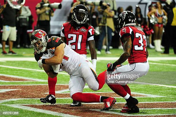 Cameron Brate of the Tampa Bay Buccaneers catches a touchdown pass over Desmond Trufant and Ricardo Allen of the Atlanta Falcons during the first...