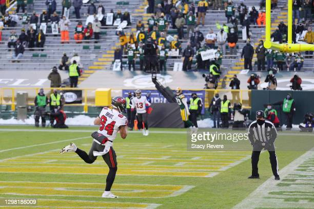 Cameron Brate of the Tampa Bay Buccaneers scores a touchdown in the third quarter against the Green Bay Packers during the NFC Championship game at...
