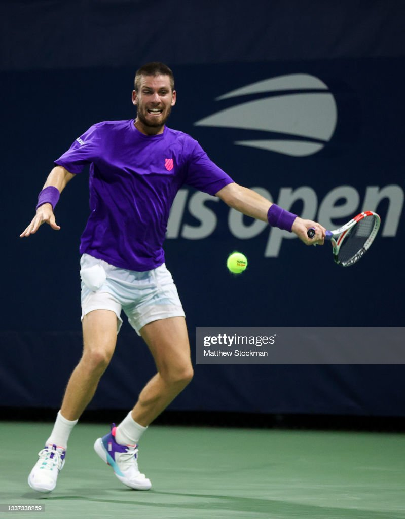Cameron Norrie of Great Britain returns a shot against Carlos Alcaraz...  News Photo - Getty Images