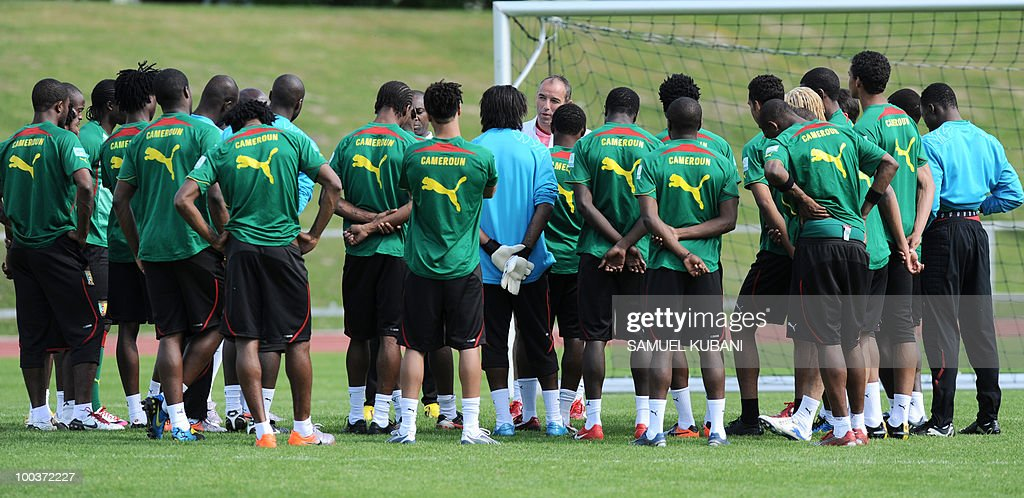Cameroon national football team coach France's Paul Le Guen (C) talks to players during their practice session at their training camp in Lienz in Austria on May 24, 2010 prior to the FIFA World Cup 2010 in South Africa.