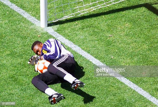 Cameroonese goalkeeper Idriss Carlos Kameni dives for the ball 30 September 2000 at the Sydney Olympic stadium during the soccer final match between...