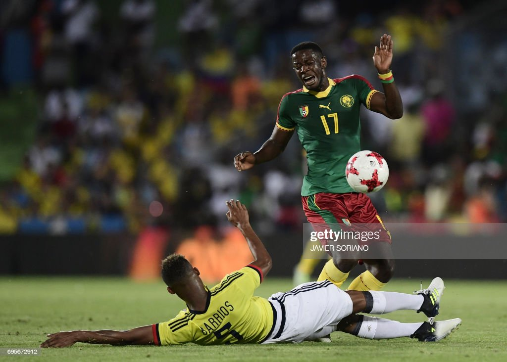 Cameroon's miedfielder Arnaud Djoum (R) vies with Colombia's midfielder Wilmar Barrios during the friendly football match Cameroon vs Colombia at the Col. Alfonso Perez stadium in Getafe on June 13, 2017. /