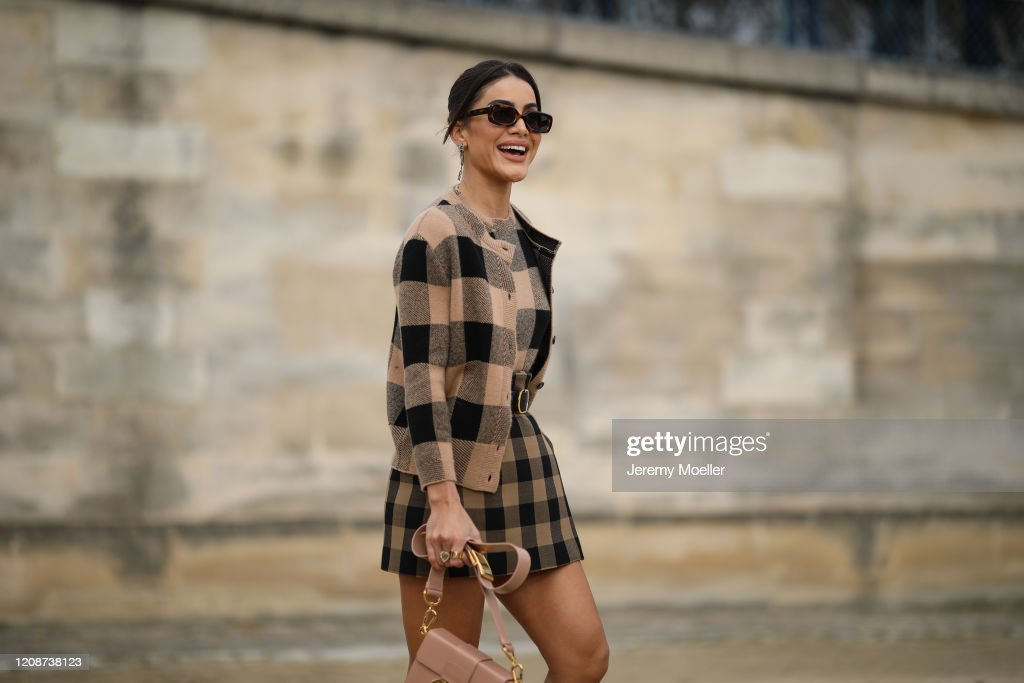 Street Style  - Paris Fashion Week - Womenswear Fall/Winter 2020/2021 : Day Two : Photo d'actualité