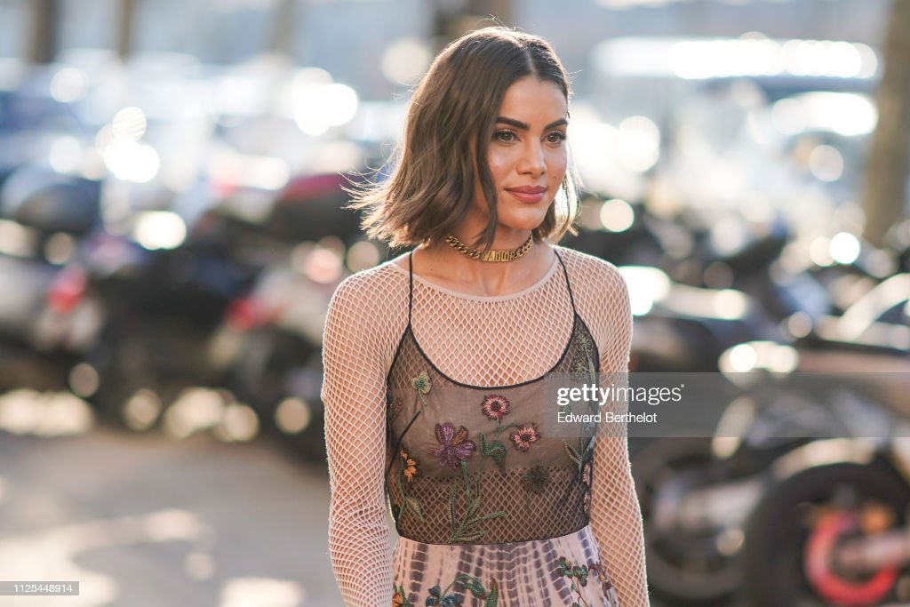 Street Style - Paris Fashion Week - Haute Couture Spring Summer 2020 : Day One : Photo d'actualité