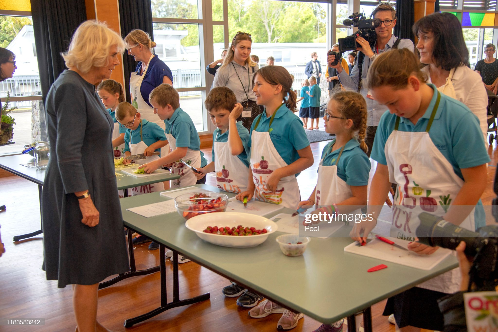 CASA REAL BRITÁNICA - Página 75 Camilla-duchess-of-cornwall-meets-the-schools-therapy-dog-meg-and-picture-id1183583242?s=2048x2048