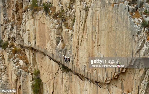 caminito del rey walkway hanging from the gorge of el chorro above guadalhorce river - victor ovies fotografías e imágenes de stock