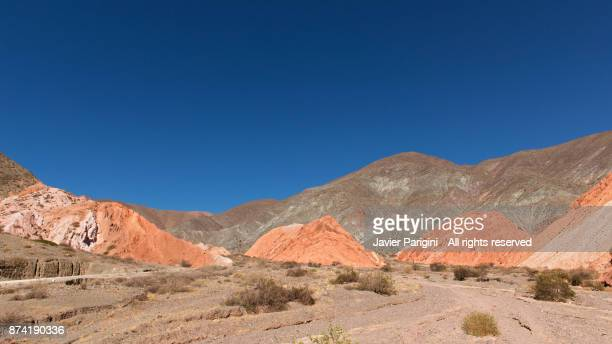 camino los colorados - cerro de los siete colores foto e immagini stock