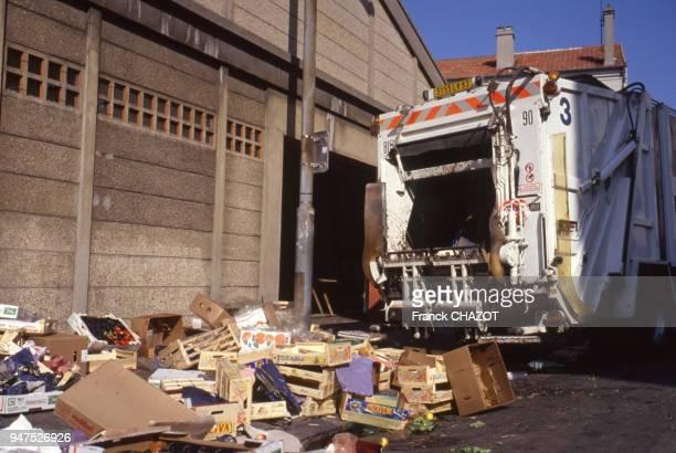 Camion poubelle et déchets après un marché France