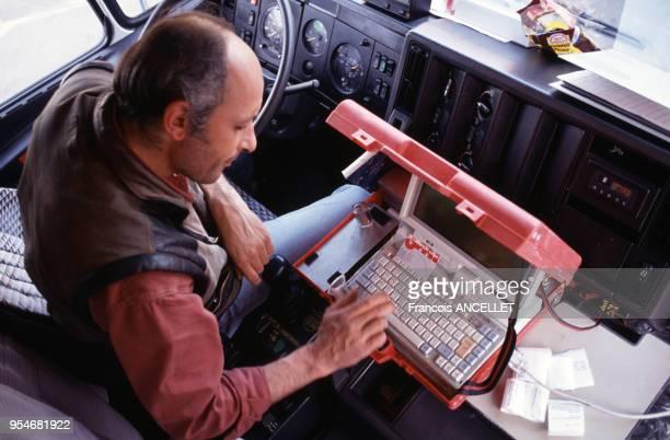 Camionneur utilisant un ordinateur dans sa cabine en Pologne en 1994