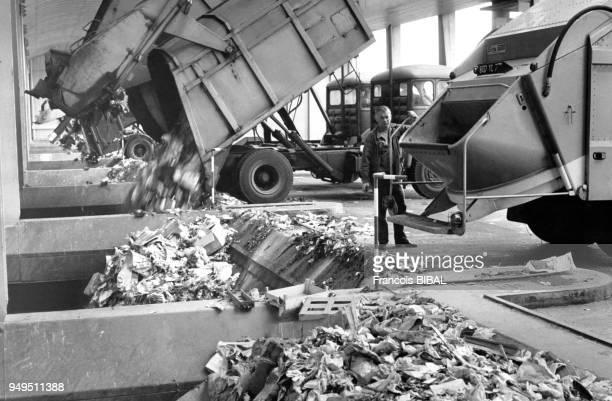 Camions de poubelle vidant leur cargaison dans l'usine de traitement de déchets d'IvrysurSeine dans le ValdeMarne France