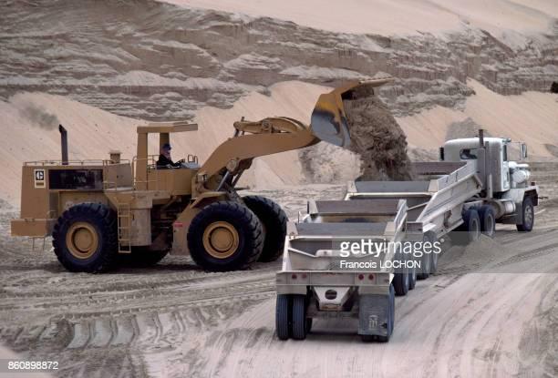Camions entrain d'être chargés de sable sur le site de construction de la ville nouvelle de Jubail dans le désert en avril 1980 Arabie saoudite