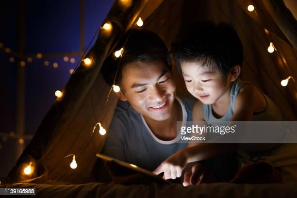 camp happy father and son in the living room - china east asia foto e immagini stock