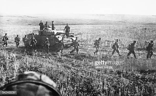 2WW campaign against soviet union /eastern front theater of war Battle of Kursk Advancing tanks and infantry about