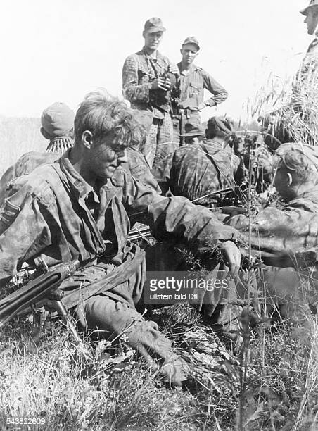 2WW campaign against soviet union /eastern front WaffenSS grenadiers taking a rest during a fighting pauseno further informationSummer 1944