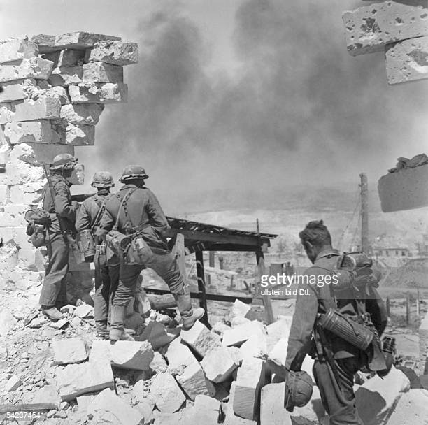 2WW Campaign against soviet union /eastern front War theater Southern sector / AG SouthSiege of Sewatopol German soldiers enter the town End of June...