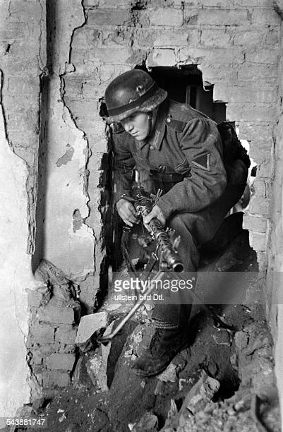 2WW Campaign against soviet union eastern front War theatre Advance to the Caucasus mountains German MGgunner leaving the shelter December 1942 No...