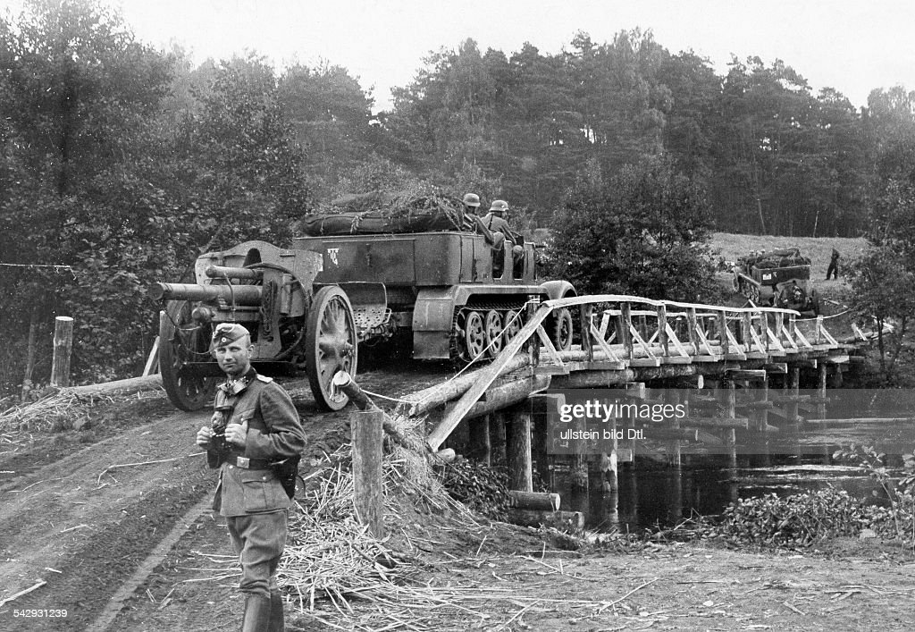 2. WW, campaign in Poland (Invasion) 01.-28.09.1939 : motorized field artillerie (half-track) crossing the river Brahe (Brda /west-prussia) on a emergency bridge build by german engineer troops. september 1939 : News Photo