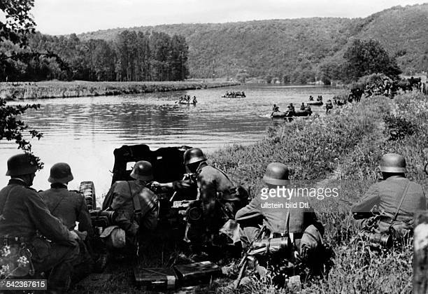 2WW Campaign in the west / battle of France 1005 An antitank gun secures the crossing of the river Meuse near Aiglemont 13/