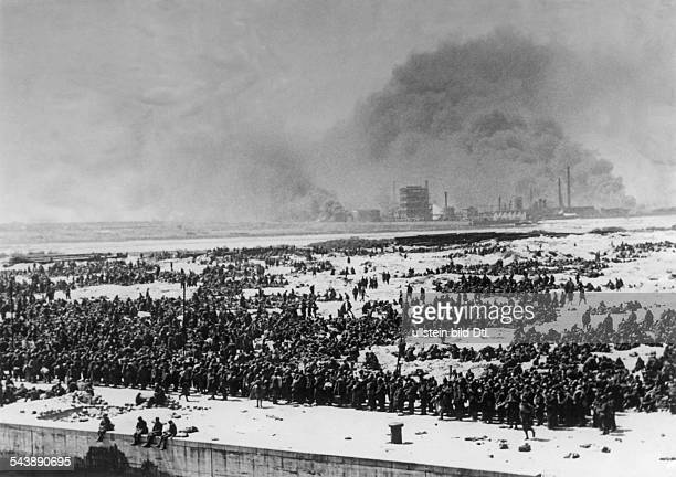 2WW Campaign in the west / battle of France 1005 Dunkirk evacuation of british BEF and french troops Long rows of french and british prisoners of war...