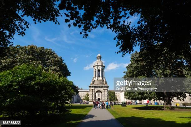 campanile in trinity college, dublin city, ireland - dublino irlanda foto e immagini stock