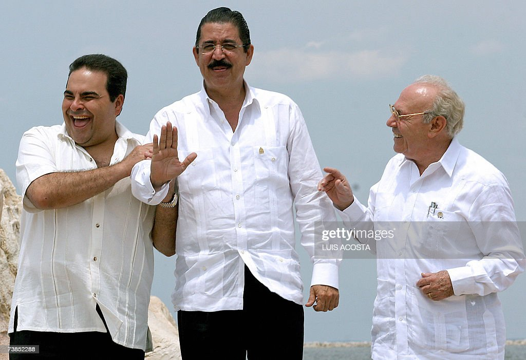 The presidents Antonio Saca (L) of El Sa... : News Photo