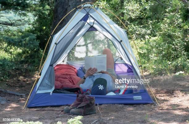 camper reading inside tent - ポーキュパイン山脈ウィルダネス州立公園 ストックフォトと画像